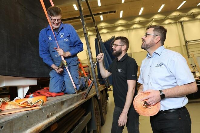 Maskinarbejder Bjarne Andersen Servicechef Simon Friis og direktør Mads S Rasmussen gør en leverance klar.