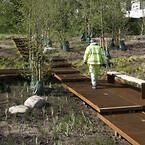 Remiseparkens nye 400 m lange gangbro står på Krinner-skruefundamenter, der blev valgt fordi  byggeprocessen var meget nemmere og mere klimavenlig end støbte betonfunderinger