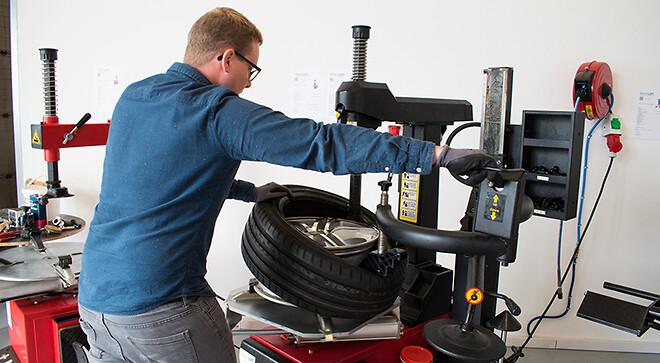Find dækmaskiner og afbalanceringsmaskiner hos Nimalift.