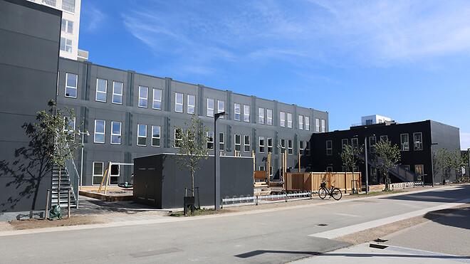 Selv om den nye svanemærkede skole er et midlertidigt og flytbart byggeri, er den som alle Ajos' modulbyggerier opført efter retningslinjerne i BR18 og efterlever således alle krav, som var det et permanent byggeri.
