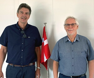 Adm. direktør Hans Mortensen (tv) takkede for mange års loyal og god indsats hos Henning Mortensen a/s, da Martin Haunstrup (th) den 30. juni 2021 gik på pension.