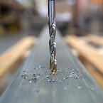 A002-borr kan användas i handhållna maskiner eller i CNC-maskiner. Här borrar det i härdat stål.