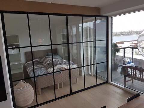 Glass walls in trendy New Yorker-look for your home