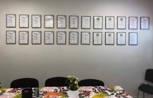 Yrkesstoltheten/diplom på genomförda lokalvårdsutbildningar uppsatta på väggen i fikarummet.
