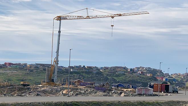 Den nye Potain HUP 32-27 kran er tydelig i det grønlandske landskab ved Sisimiut.