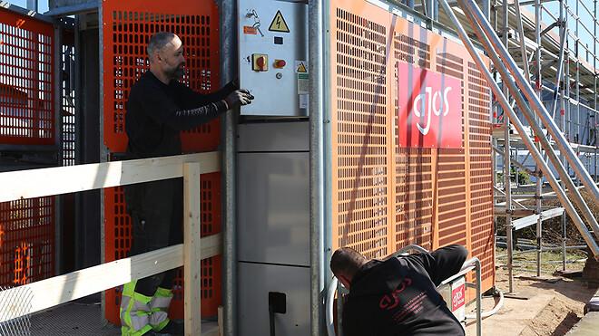 De to hejsmontører Mikael Rude Vagner (t.v.) og Martin Simonsen monterer hejs på hospital i Storkøbenhavn.