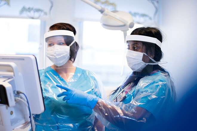 I coronapandemins spår är behovet av skyddsförkläden i vården är stort. NPA Plast i Ljungby, Sverige tog hjälp av AP&T för att öka tillverkningen. Foto: NPA Plast