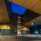 Det passer godt at fasadedesignet til hovedinngangen til hovedkvarterer hyller det opprinnelige formålet med stedet, nemlig fremstillingen av verdensberømte Carlsberg-produkter.