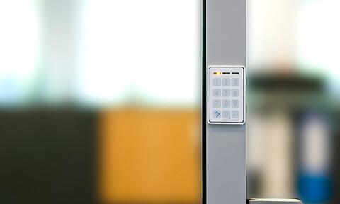 Adgangskontrol med koder og Bluetooth