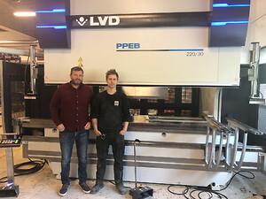 Foran den nye kantpressen: Trond Aasen fra LVD Scandinavia t.v og produksjonsleder hos Skjæreteknikk AS, Tore Skretting.