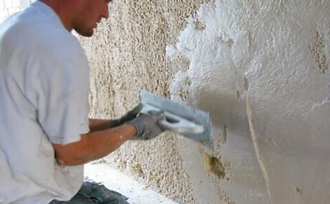 Dansk virksomhed opfinder gør-det-selv løsning imod salt i væggene - salt out bliver påført fugtig væg med saltudtræk