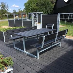Vi har her et udendørs bord og bænkesæt i en super god og vedligeholdelsesfri kvalitet, plankerne kan nemt vaskes af med vand og de er så fine som nye.