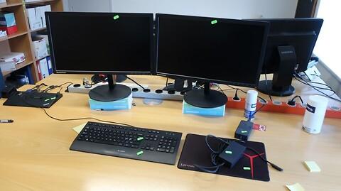 2 stk. computerskærme lenovo samt dockingstation, tastatur m.m.