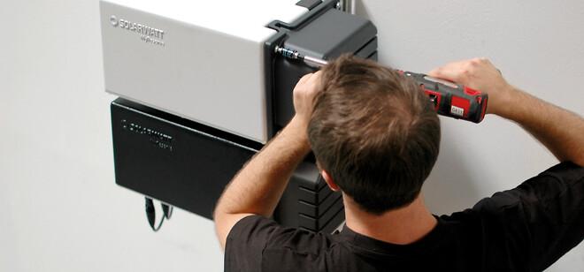 Solarwatts batteri vejer kun 25 kilo og kan derfor håndteres af én installatør.