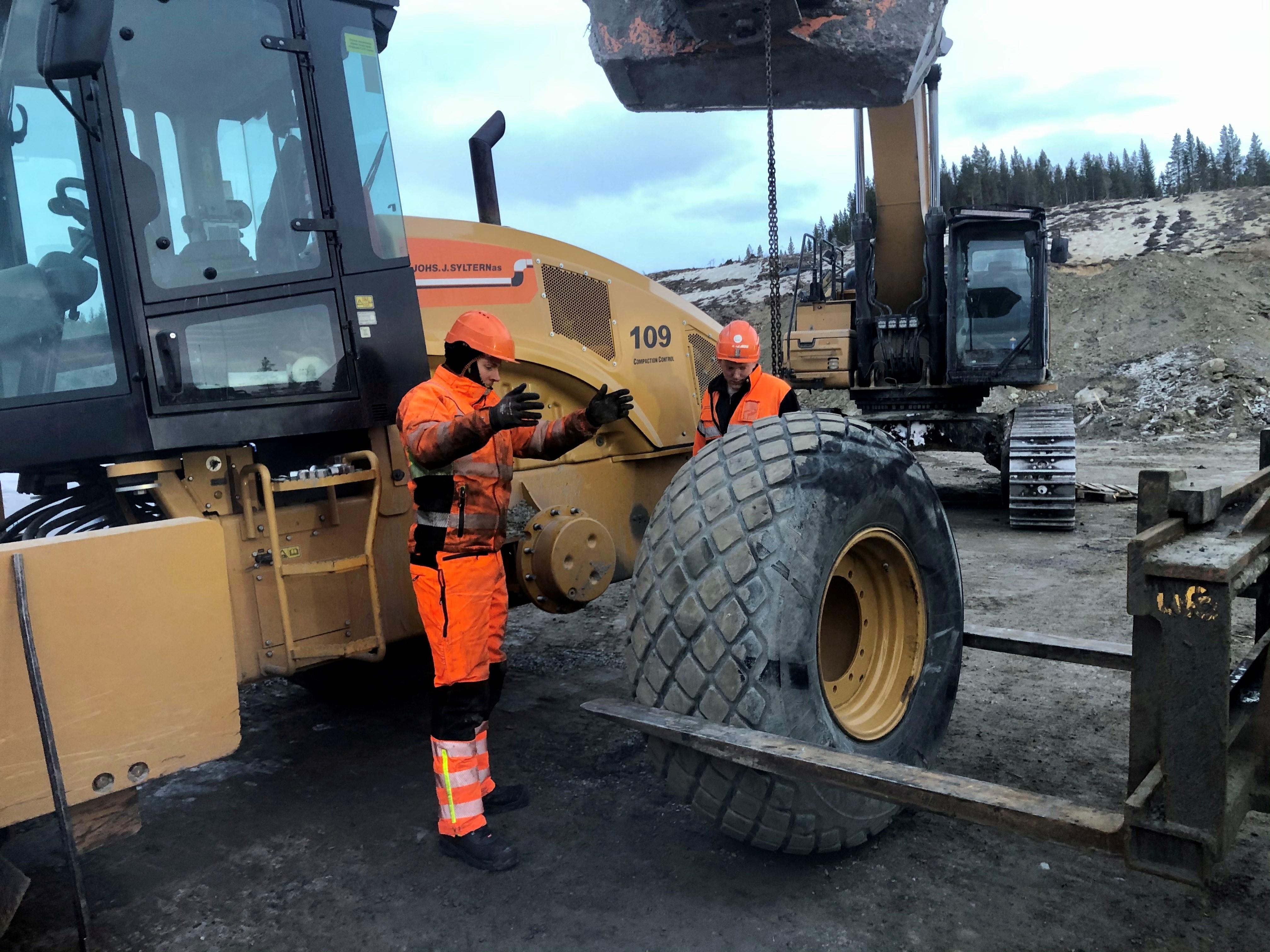 Ved den gamle skytterbanen til Rennebu skytterlag er det hektisk aktivitet. En valsemaskin har punktert og må ha nytt hjul. Store maskiner krever tunge løft og flere stødige hender.