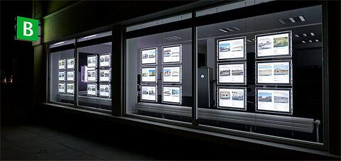 Sæt fokus på dine budskaber i vinduesudstillingen med LightPockets fra System Standex - Lightpockets - lysskilte til vinduesudstilling