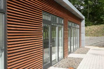 Cedertræ facadebeklædning | Møbler til terrassen og haven