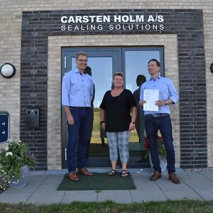 Salgschef Michael Jacques Lauritsen (til venstre) har sammen med QA-tekniker Heidi Frederiksen stået i spidsen for certificeringsprocessen. Her ses de sammen med virksomhedens direktør Ulrik Holm (til højre).\n\n
