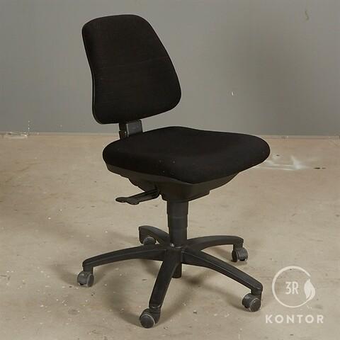Dauphin kontorstol i sort stof, sort base.