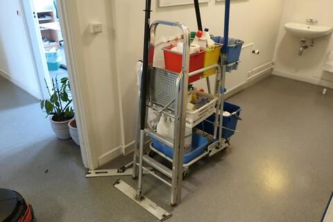 Rengøringsstativ med rengøringsartikler