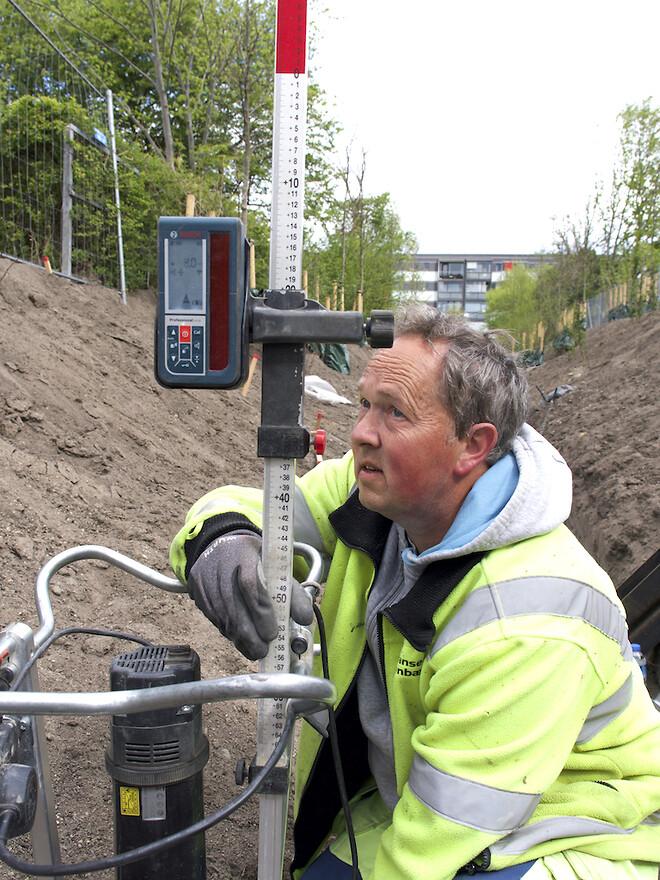 Krinner skruefundamenter installeres med millimeter præcision til Remiseparkens nye gangbro