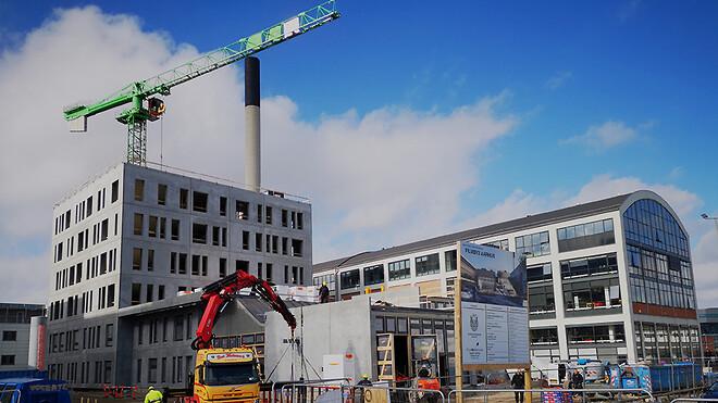 Den nye bygning - Filmby3 - på havnen i Aarhus nærmer sig sin afslutning takket være Ajos, specialkranen Hup 40-30 og en særlig hejs.