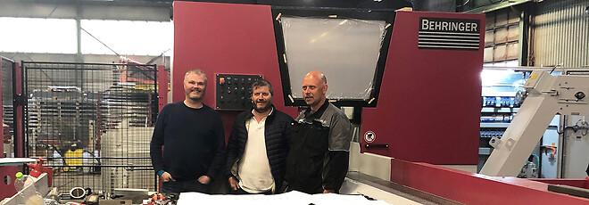 Ved den ene av de nye sagene poserer fra venstre; maskinoperatør hos Lid Jarnindustri, Terje Torvund, Trond Aasen fra LVD Scandinavia og Svein Ove Lid, daglig leder i Lid Jarnindustri.