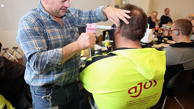 Alle medarbejdere hos Ajos har fået tilbudt personlige formstøbte høreværn. Her er kranmontør Kasper Flyger Hansen ved at få taget aftryk til sine høreværn.