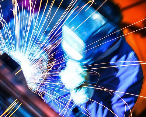 Sveiseskolen - Sveisekurs med løpende opptak - Lyst til å lære om sveiseteknikk, platearbeid og produksjon, industrirørleggerfaget og teknisk tegning? Da er Sveiseskolen fra Kiwa stedet for deg!
