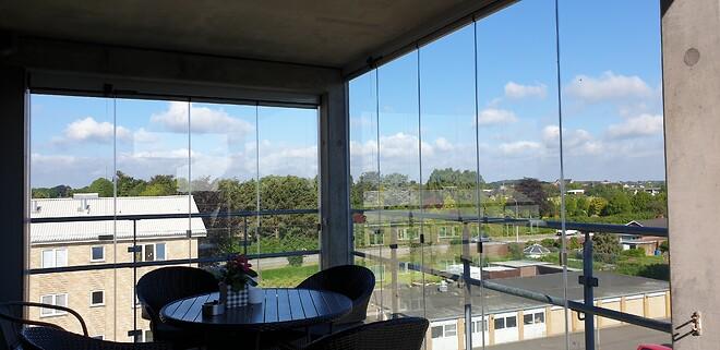 Foldeglas på altanen skaber læ og lys