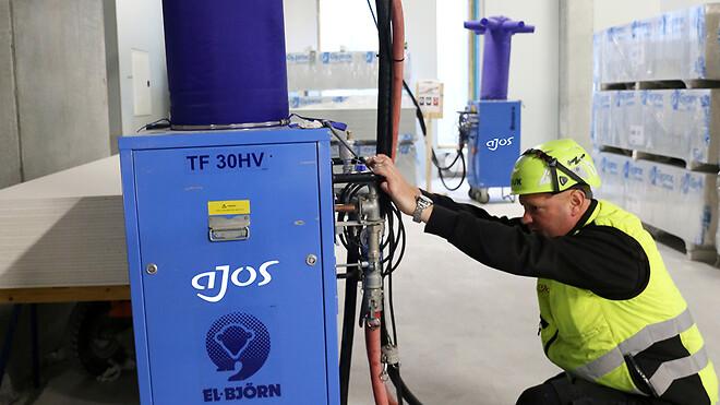 Interimsvarmen er temperaturstyret, men Ajos medarbejdere foretager alligevel daglige runderinger og kontrollerer udstyret.