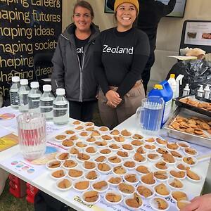 Thanya og Reeta, studerende på Fødevareteknolog på Zealand, uddeler smagsprøver til mange af de 8000 gæster, der lagde vejen forbi Madens Folkemøde på Engestofte Gods på Lolland.