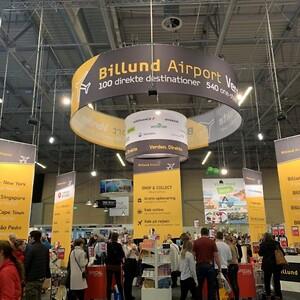 Messestand med loftbanner, brochureholdere og diske for Billund Lufthavn