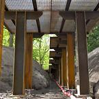 Gangbroen i Remiseparken svæver nogle steder et par meter oppe ... på Krinner-skruer