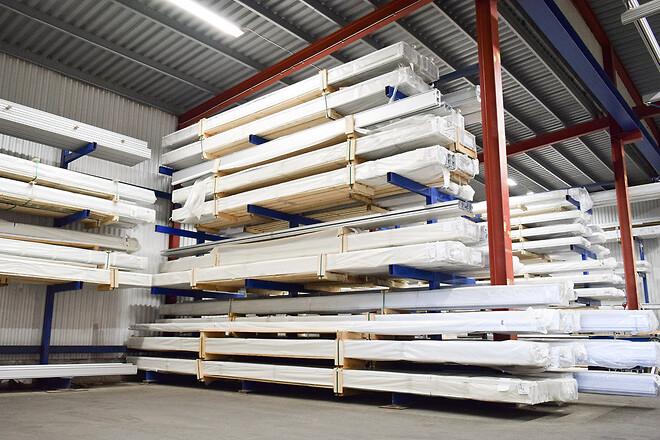 Den nybyggda produktionsytan utrustas med en ny optimerad logistisk flödesprocess för kapning, packning och lastning av aluminiumprofiler.