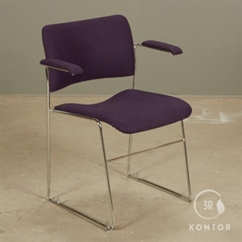 Howe 40/4 konferencestol i lilla filt med armlæn.