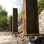 Stålsøjerne til den nye gangbro i Remiseparken står på en enkelt Krinner-skrue