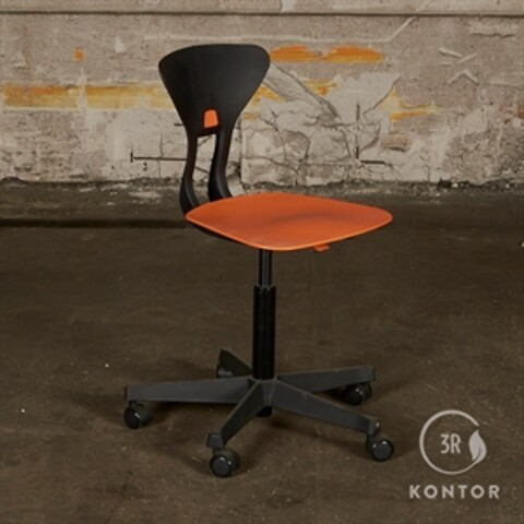 Labofa ray kontorstol. orange sæde, sort ryg.