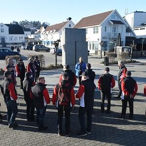 Det ble en lett synlig gruppe i Lillesand denne ettermiddagen