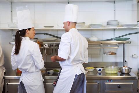 Et godt arbejdsmiljø i restaurant- og cateringkøkkener kræver en god akustik