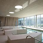 Enkelhed præger det psykiatriske hospital GAPS i Slagelse, som er DGNB-guldcertificeret. Her er rolige rumforløb, nærværende rum og en innovativ kombination af dagslys og kunstlys. Troldtekt sørger for behagelig akustik og et sundt indeklima