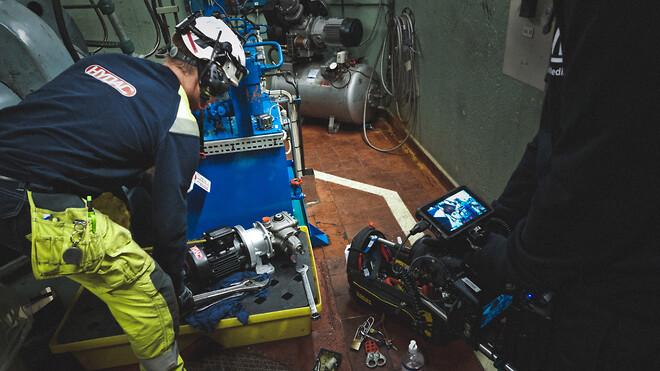 Hydac byter pump på en maskin som använder hydraulik