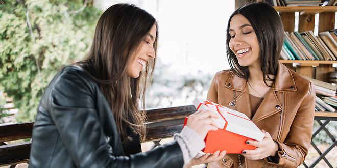 Presentpåsar sparar tid | Smarta, kostnadseffektiva inpackningslösningar | Presentpapper, presentförpackning, presentpåse | Scanlux Packaging