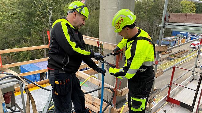 Nyt SUND er endnu et stort projekt i rækken, hvor Ajos sikrer de nødvendige løsninger under opførelsen. Her er servicemontør Kim Steenberg Carlsen (tv.) og vvs-montør Dennis Kloe Sass ved at installere byggevand.