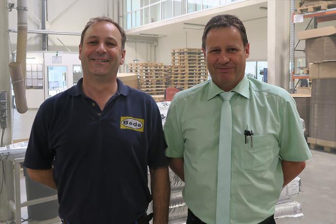 Produktionsleder Martin Wunsch (til højre) og vedligeholdelseschef Alain Guckert (til venstre) er enige: Med MINK klovakuumteknologi har de valgt en effektiv og pålidelig løsning til vakuumgenerering gennem hele produktionsprocessen