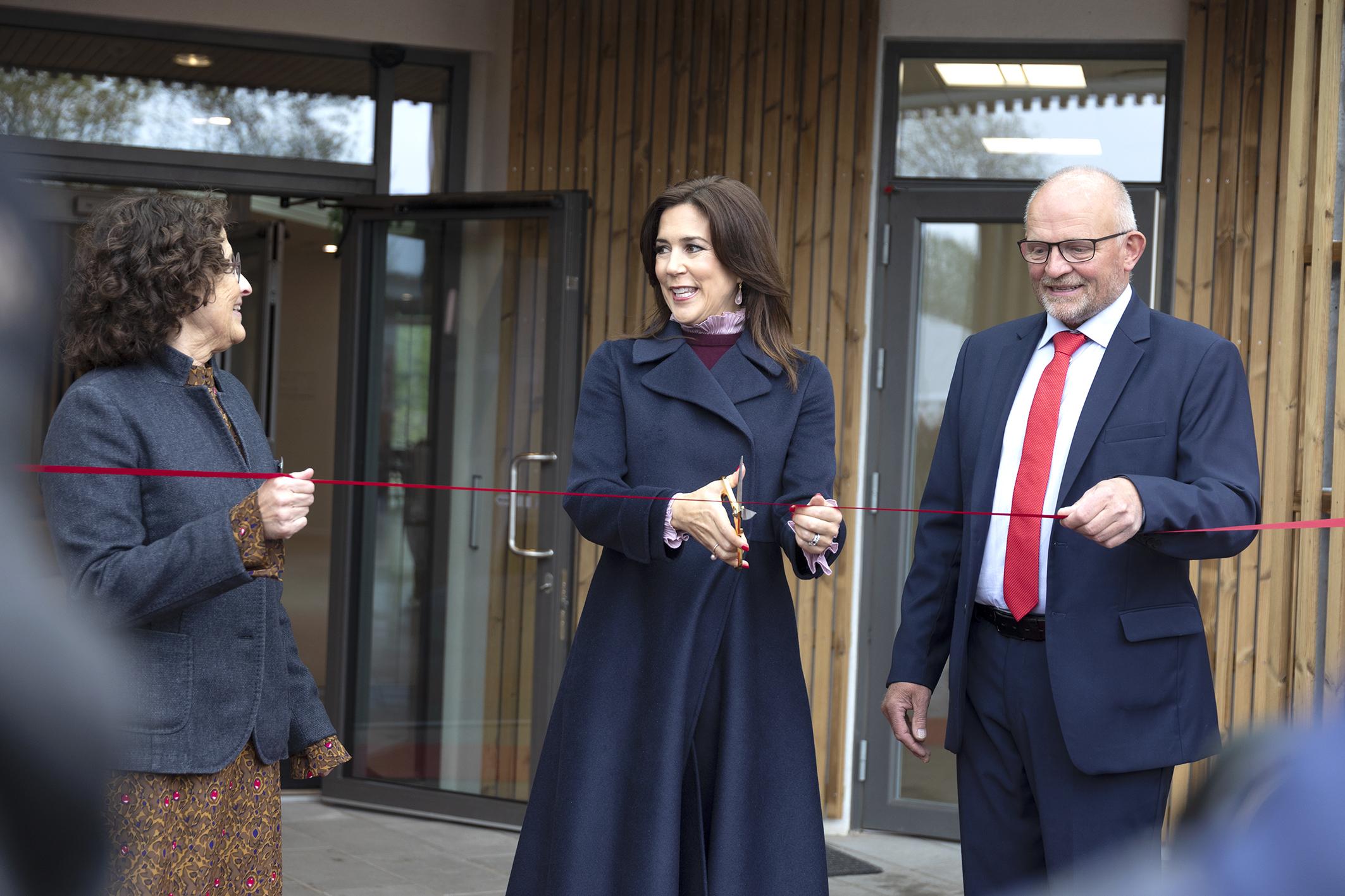 1a91ffb33f87 ... sammen med hospicechef Anette Agerbæk (tv) og hospicets  bestyrelsesformand Mogens Nørgård (th). (Foto  Line Bloch Klostergaard