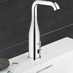 Designarmatur i metal med ekstra højde og drejetud. Flot og anvendeligt i det moderne badeværelse.