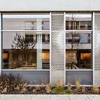 När arkitekterna ritade och byggde en gymnasieskola i Clervaux i norra Luxemburg valde de en fasad och solskyddslösning som sticker ut