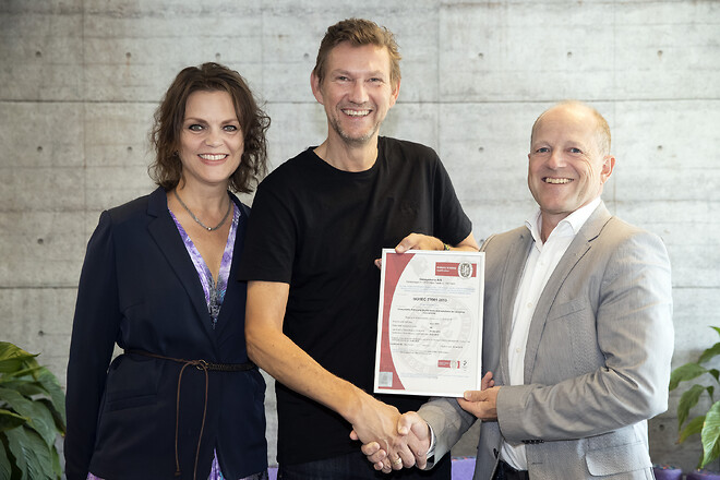 Ulla EgeskovogMogens Egeskovfrainmsystems A/S sit ISO27001 certifikat afPeter Worck NielsenfraBureau Veritas Danmark.
