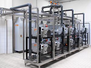 Busch centrale vakuumsystem til generering af vakuum til flere emballeringsmaskiner hos en fødevareproducent. I dette tilfælde resulterede centraliseringen af vakuumforsyningen i en årlig energibesparelse på 100.000 kW / h.